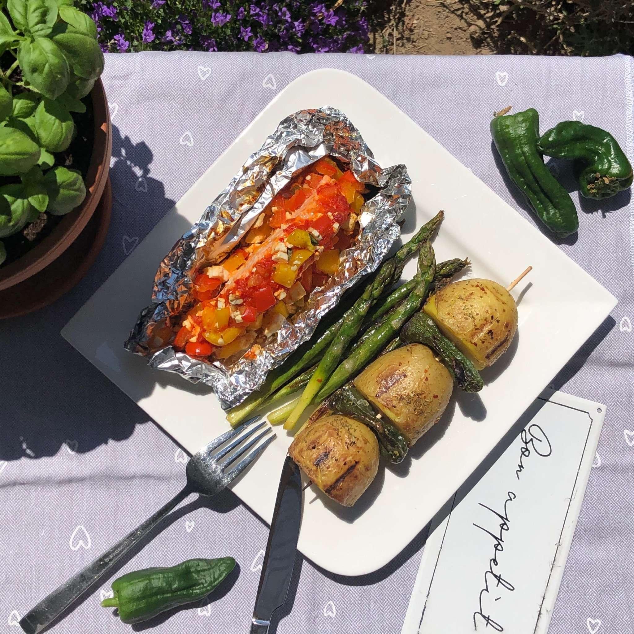 Ajvar-Lachs-Schiffchen vom Grill mit Kartoffelspießen und Grill-Spargel