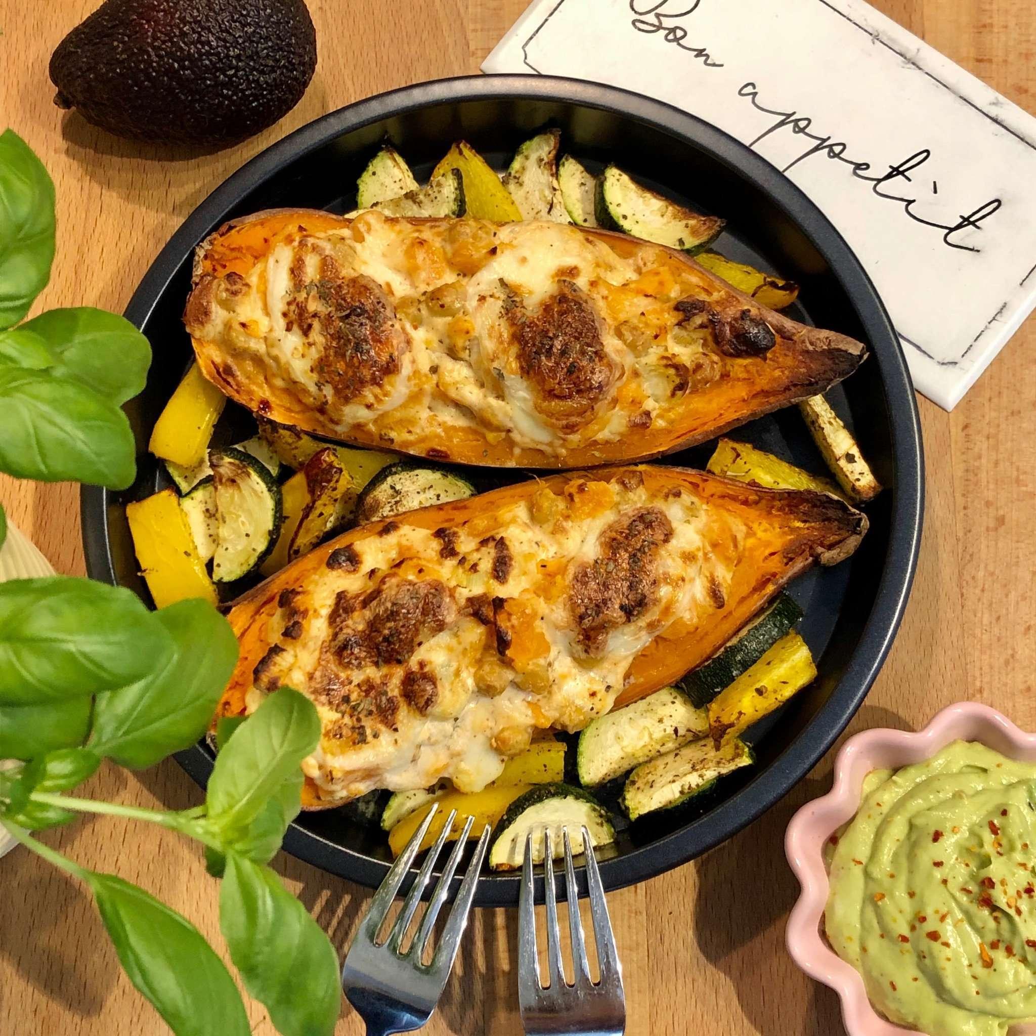 Gefüllte Süßkartoffeln aus der Heißluftfritteuse mit Grillgemüse & Guacamole